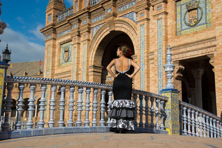 Femme sur la place d'Espagne à Séville
